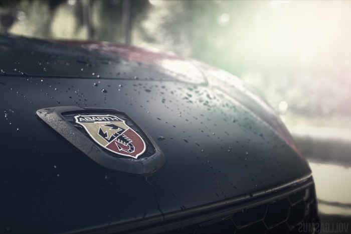 Abarth 124 Spider Logo im Licht Wallpaper