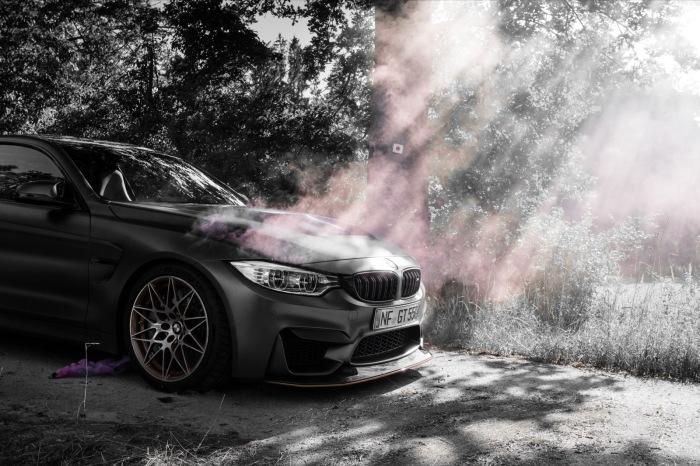 BMW M4 GTS mit rotem Rauch in der Sonne Wallpaper